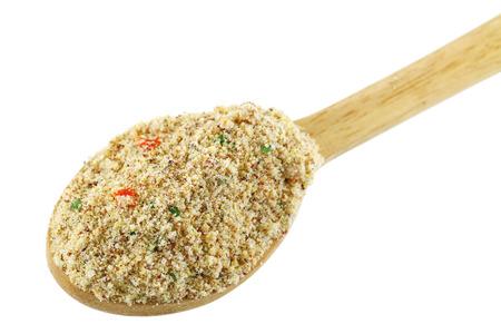 Un cucchiaio di legno pieno di polvere stock di richiamo, manzo aromatizzato condimento con verdure essiccate per marinatura e fare la zuppa Archivio Fotografico