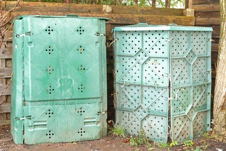 basura organica: cajas de plástico de compost grandes en verde lleno de restos de alimentos orgánicos y biodegradables en el patio trasero para hacer suelo rico en nutrientes