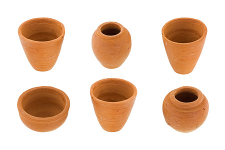 ollas de barro: ollas de barro sin esmaltar pequeñas y redondas hechas a mano en diferentes tamaño, tipo, forman aislado en el fondo blanco Foto de archivo