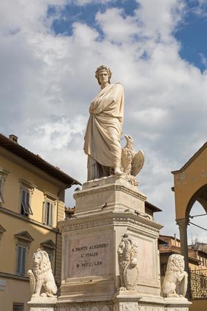 edad media: Durante estatua del degli Alighieri, también llamado Dante, águila, 4 leones Marzocco con sheilds, en la plaza de Santa Croce en Florencia, Italia. Dante es poeta italiano de la Edad Media tardía