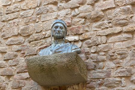 edad media: FLORENCIA, ITALIA - septiembre 2016: la escultura del busto de Dante Alighieris cabeza hombros pecho en la pared de ladrillo en la Casa de Dante en Florencia, Italia, el 21 de septiembre de 2016. Dante es poeta italiano de la Edad Media tardía Editorial
