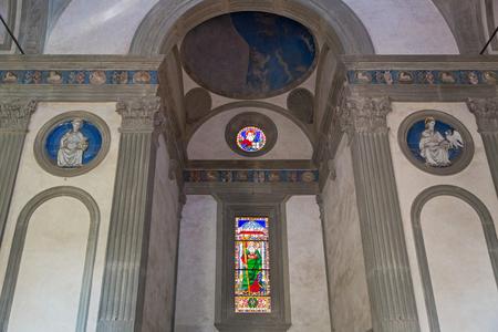 cappella: FLORENCIA, ITALIA - septiembre 2016: San Pedro, Padre Eterno, y San Juan detalles del interior de la Capilla Pazzi (Cappella dei Pazzi) en primer claustro de la basílica de Santa Croce en Florencia, Italia el 21 de septiembre, el año 2016 Editorial