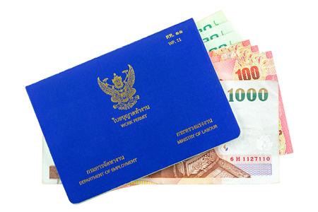 Blu tailandese lavoro permesso libro (WP.11) con diversi Thai Baht all'interno isolato su sfondo bianco