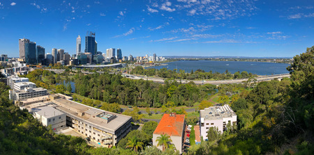 PERTH, AUSTRALIA - FEBRUARY 2018 : Panoramic view of Perth City, Central Business District in afternoon in Perth, Australia on February 24, 2018. View from Kings Park Редакционное