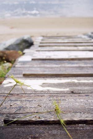 approfondi: Un pont de bois vieux approfondi la mer  Banque d'images