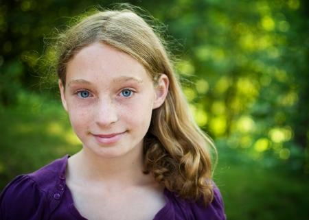 natureal: bella dagli occhi blu ragazza teenager all'aperto in estate