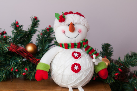plush chriastmas snowman sitting on a mantle Imagens - 50457049