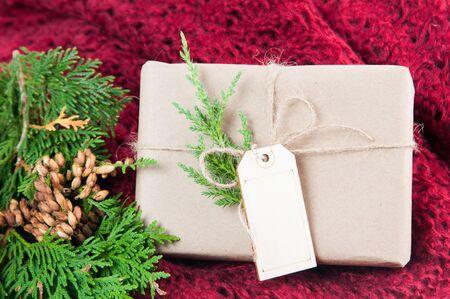 녹지와 빨간색 배경에 크리스마스 패키지