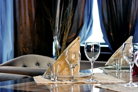 serviettes: Served table with glasses and serviettes on it