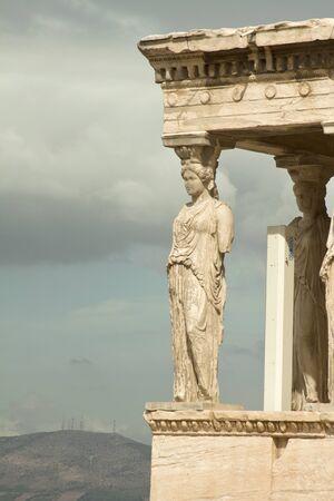 templo griego: Atenas, Grecia-septiembre 22,2015: Cariátides, el templo de Erecteión en la Acrópolis de Atenas, Grecia Editorial
