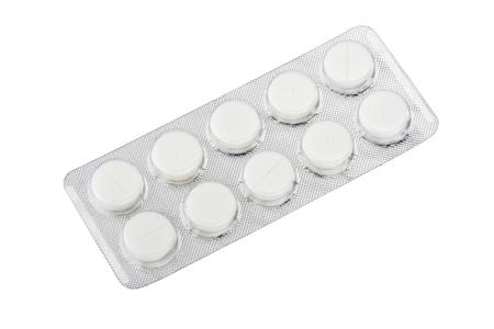 白い背景に分離した銀のブリスター パックで医療薬
