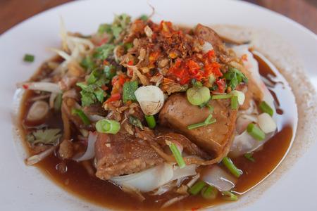 야채와 국수 튜브 접시, 태국 음식에 국수 튜브.