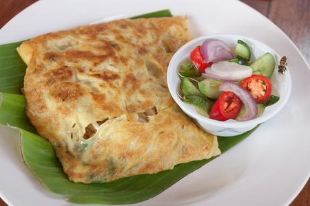 태국 이슬람 식품 Martabak 또는 murtabak, 박제 빵, acar와 먹는다. 스톡 콘텐츠