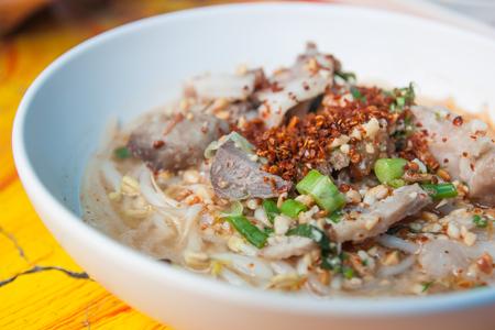 돼지 고기 수프 그릇에 태국 음식 국수.