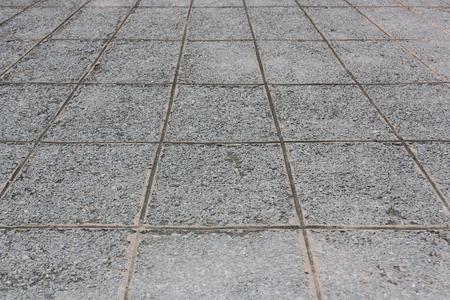 돌, 자갈으로 만들어진 바닥재, 사선으로 기울어 진 부분.