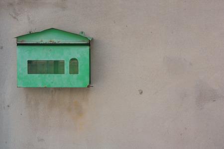 오래 된 녹색 사서함 시멘트 벽에 탑재합니다. 스톡 콘텐츠