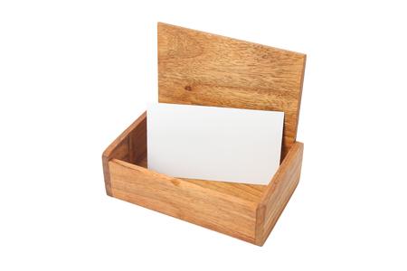Scatola di legno fatta di legno rosso, per un biglietto da visita, isolato su sfondo bianco. Archivio Fotografico - 85175926