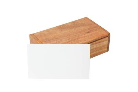 Scatola di legno fatta di legno rosso, per un biglietto da visita, isolato su sfondo bianco. Archivio Fotografico - 85750168