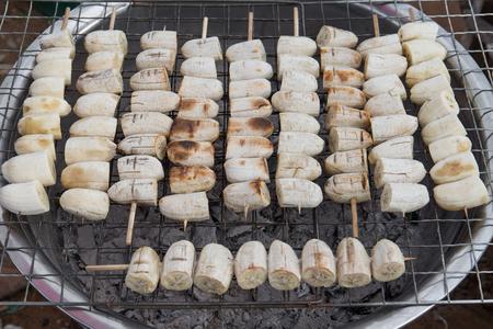 구운 된 바나나, 숯불 구이, 태국 시장. 스톡 콘텐츠