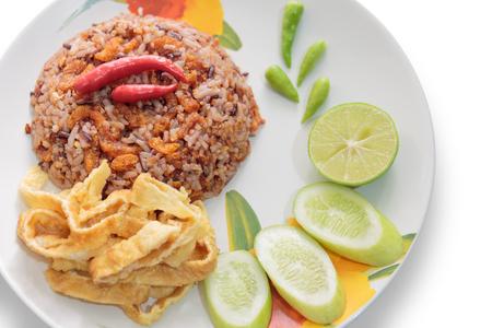 Cracklings, 계란, 고추, 흰색 배경에 쌀 볶음.