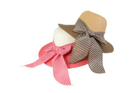 핑크, 베이지 색, 갈색, 흰색 배경에 고립 된 핑크 나비 넥타이 장식 짠된 모자.