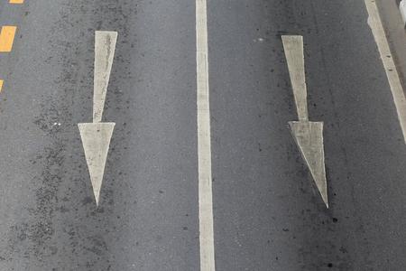 화살표는 교통의 방향을 나타냅니다. 화살표 기호는 도로 표면에 그려져 교통을 탐색하는 데 도움이됩니다. 스톡 콘텐츠 - 87915334
