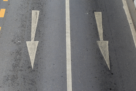 The arrows indicate the direction of traffic, arrow symbol painted on the road surface to help navigate the traffic. Standard-Bild