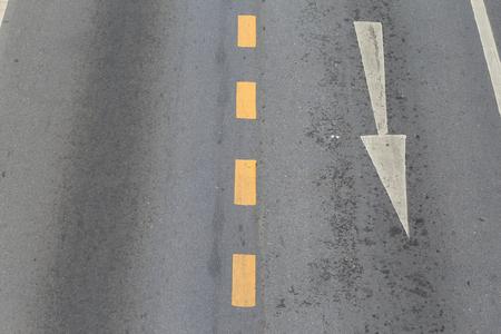 화살표는 교통의 방향을 나타냅니다. 화살표 기호는 도로 표면에 그려져 교통을 탐색하는 데 도움이됩니다.