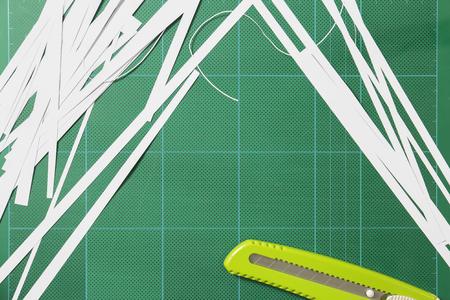 용지는 고무 패드의 커터로 자릅니다. 스톡 콘텐츠 - 87916477