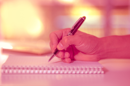 노트북, 빈티지 스타일에 작성하는 펜을 들고 남자 손. 스톡 콘텐츠