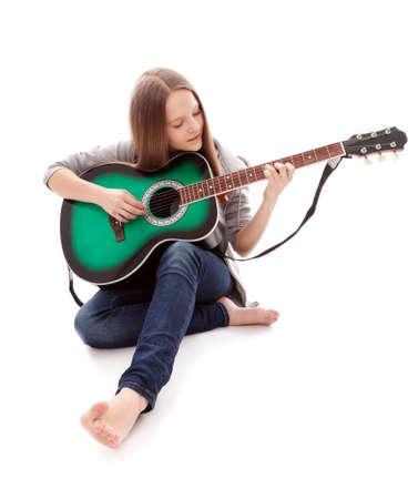 gitara: Muzyka piękna młoda dziewczyna z gitarą na białym tle