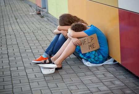 gente pobre: Muchacho adolescente sin hogar y la mendicidad chica en la calle (La escena de la producci�n; sin problemas los ni�os juegan un papel de mendigos)