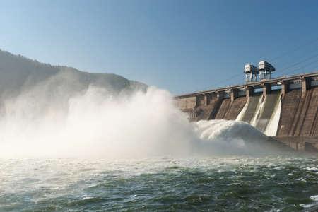 Prunes d'eau sur la centrale hydroélectrique Banque d'images - 18841458