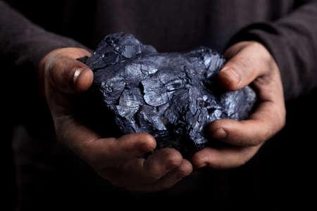 carbón en las manos de la explotación Foto de archivo