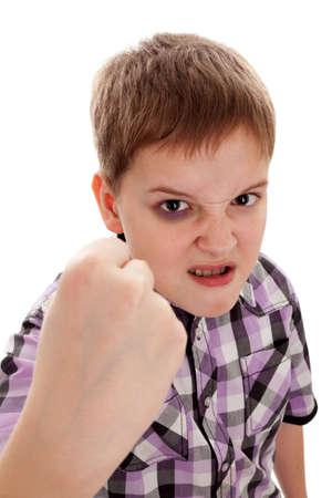 chłopięctwo: Agresywny chÅ'opak nastolatek potrzÄ…sa pięść, podbite oko to obraz jest rysowany, okrutne traktowanie dziecka nie byÅ'o w rzeczywistoÅ›ci
