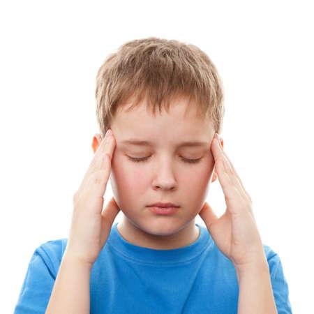 ni�os enfermos: Primer plano de un muchacho adolescente con un dolor de cabeza, aislado en un fondo blanco