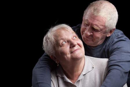 кавказцы: Любить, красивый старших пара на черном фоне.