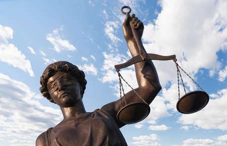 dama justicia: Estatua de la Justicia sobre el fondo del cielo