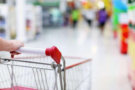 carro supermercado: Mujeres mano y carritos de la compra
