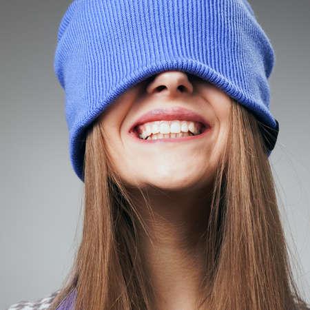 lachendes gesicht: Portrait der spielerischen Frau in gestrickte Winterm�tze l�chelnd