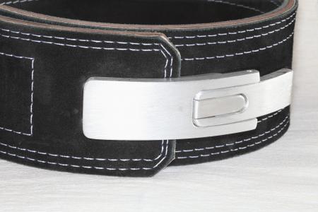 suede belt: Un cintur�n de ante negro con un rifle, autoriz� IPF primer plano sobre un fondo negro