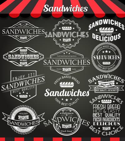 logo de comida: Ajuste del blanco de s�ndwiches retro Vintage etiquetas, escudos y logotipos en la pizarra.