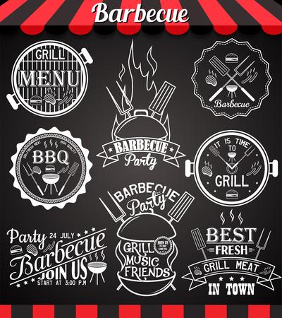 saucisse: Collection barbecue blanc du parti d'icônes, des étiquettes, des symboles et des éléments de conception sur tableau noir