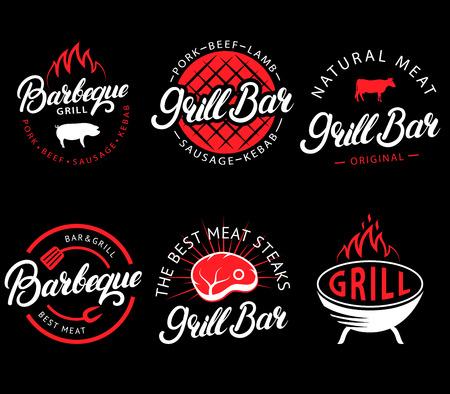 Jeu de bar grill et étiquettes de barbecue dans un style rétro vectorielles. Emblèmes de restaurant grill vintage, logo, autocollants et éléments de conception. Collection de panneaux, symboles et icônes de barbecue. Style de couleur noir et rouge. Logo