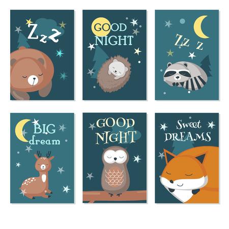 Vector set kaarten met slapende schattige dieren en handgeschreven citaten. Vectorillustratie van grappige egel, beer, herten, vos, uil wasbeer met nachthemel landschap.