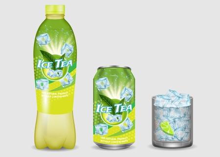 Grüner Eistee-Paket-Mockup-Set. Vektorrealistische Illustration von Eistee-Plastikflasche, Aluminiumdose mit Etiketten und Glas mit Eiswürfeln und Zitrone. Kühlendes und erfrischendes Sommergetränk. Vektorgrafik