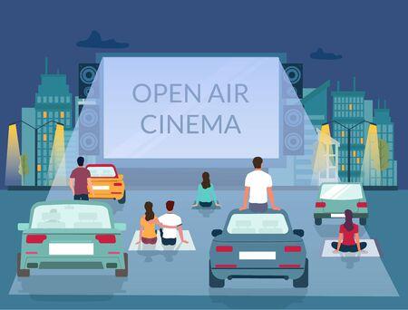 Cinema all'aperto, illustrazione vettoriale. Personaggi maschili e femminili che guardano film sul grande schermo mentre sono seduti a terra e sul tetto dell'auto nel parcheggio. Cinema all'aperto, modello di poster per cinema drive-in Vettoriali