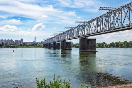 ノボシビルスク, シベリア, ロシア - 2017 年 7 月 17 日: 鉄道橋 TRANS シベリアの鉄道と (旧いサイト) に Ob のメインラインの交差点