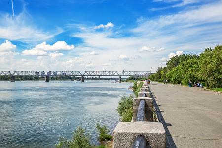 ノボシビルスク, シベリア, ロシア - 2017 年 7 月 17 日: 鉄道橋 TRANS シベリアの鉄道と (旧いサイト) に Ob のメインラインの交差点。ウォーター フロン
