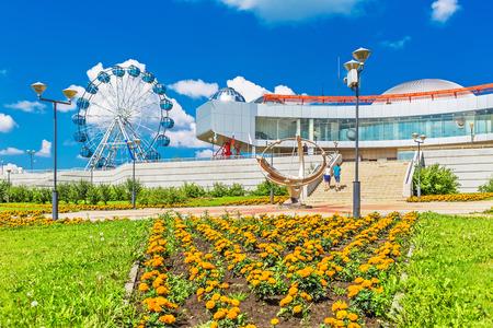 reloj de sol: Key kamyshinskoe plateau, Novosibirsk, Siberia, Russia - August 2, 2017: the Large Novosibirsk planetarium. Parkland planetarium free visit